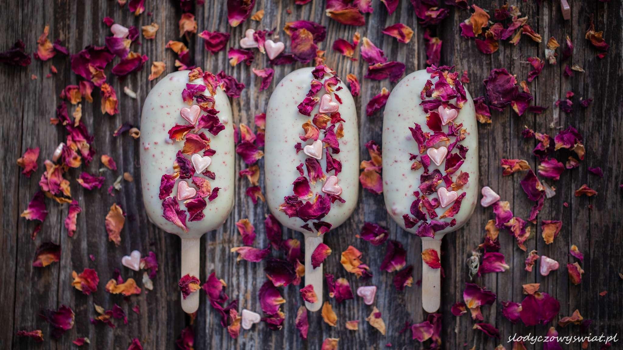 Truskawkowe cakesicles z płatkami róż