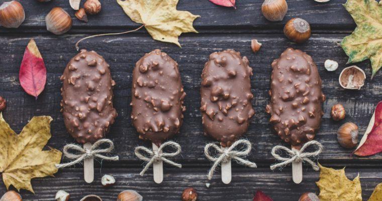 Sernikowe cakesicles w polewie z orzechami